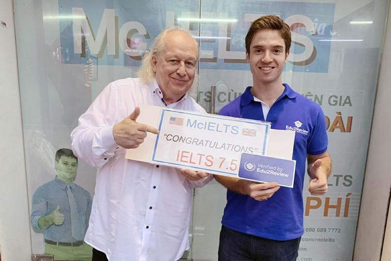 Đại diện Edu2Review trao huy hiệu Verified by Edu2Review đến với Mc IELTS